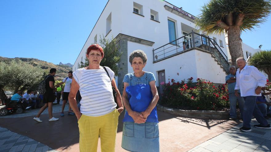 Sonia y Eugenia Espino, vecinas evacuadas de Tejeda, junto al refugio habilitado en San Mateo.