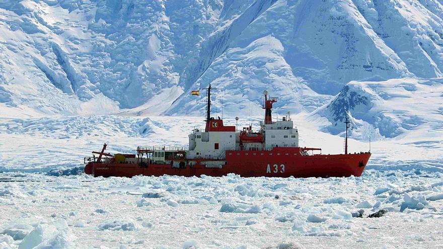 El Hespérides atravesando el hielo en una expedición / esmateria.com