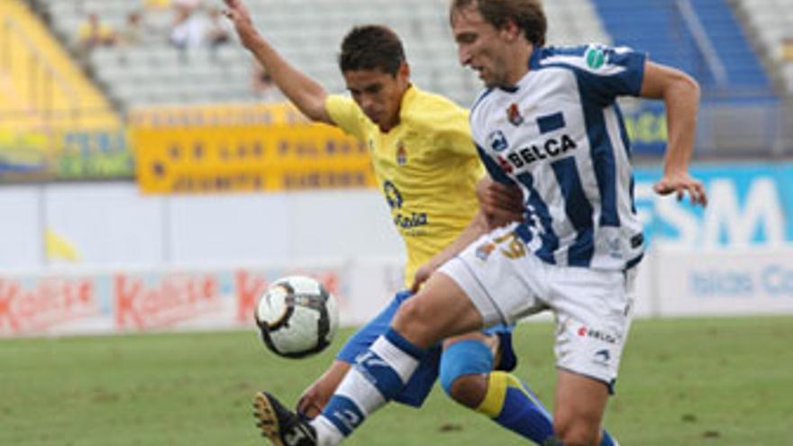 Francis Suárez, en la imagen, presiona a Rivas durante la última visita de la Real Sociedad a Gran Canaria. (QUIQUE CURBELO)