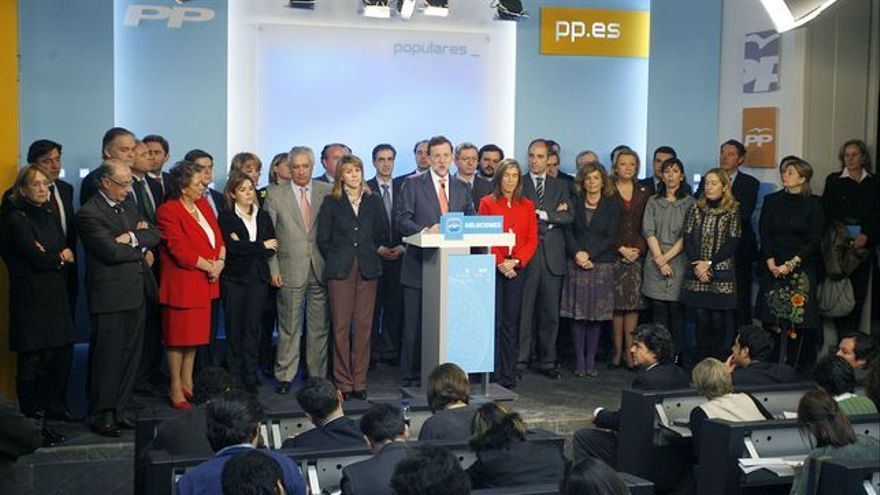 """Rajoy, comparece en 2013 junto a la plana mayor del partido, para asegurar que Gürtel no es una trama del PP sino """"contra el PP""""."""