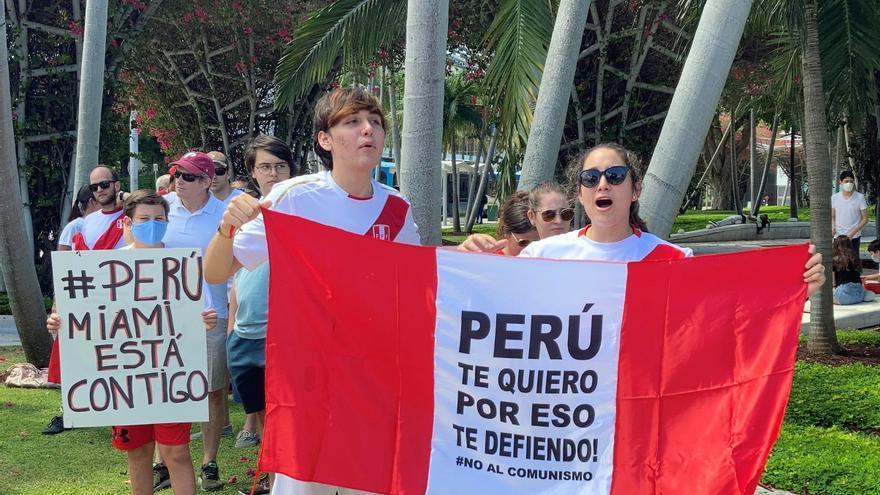 """Peruanos en Miami protestan contra el """"fraude"""" y el """"comunismo"""""""