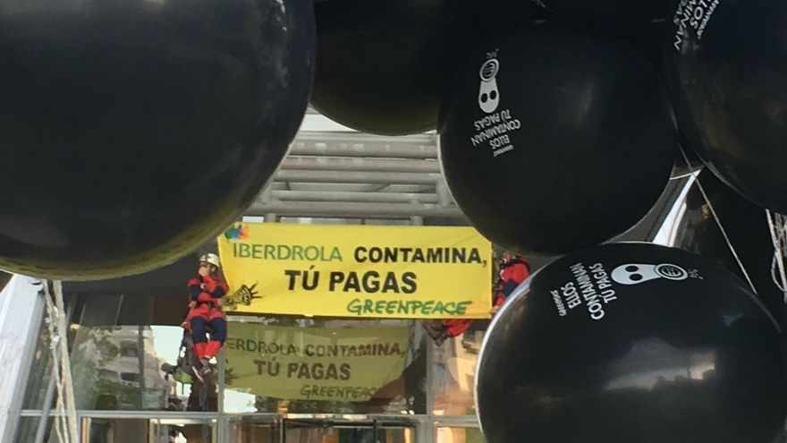 Activistas de Greenpeace, en el exterior de la Torre Iberdrola en Bilbao.