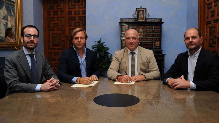 Firma del convenio entre responsables de la Diputación y la Junta.