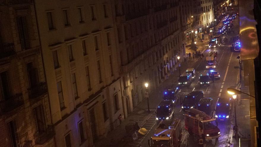 Vehículos de policía y bomberos en la Via Laietana de Barcelona en la quita noche de protestas.