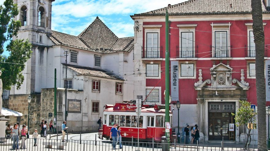 El famoso tranvía 28 a su paso por el barrio de Alfama.