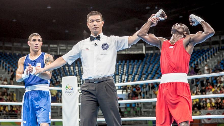 El boxeador grancanario Samuel Carmona y el colombiano Yubergen Martínez tras el veredicto del jurado en los Juego Olímpicos.