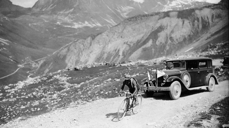 """Ascensión: Trueba destacó por su habilidad para escalar los puertos de montaña con una faciliad nunca vista hasta entonces. Henri Desgrange, periodista y creador del Tour de Francia, lo bautizó en una crónica como """"la pulga de Torrelavega""""."""