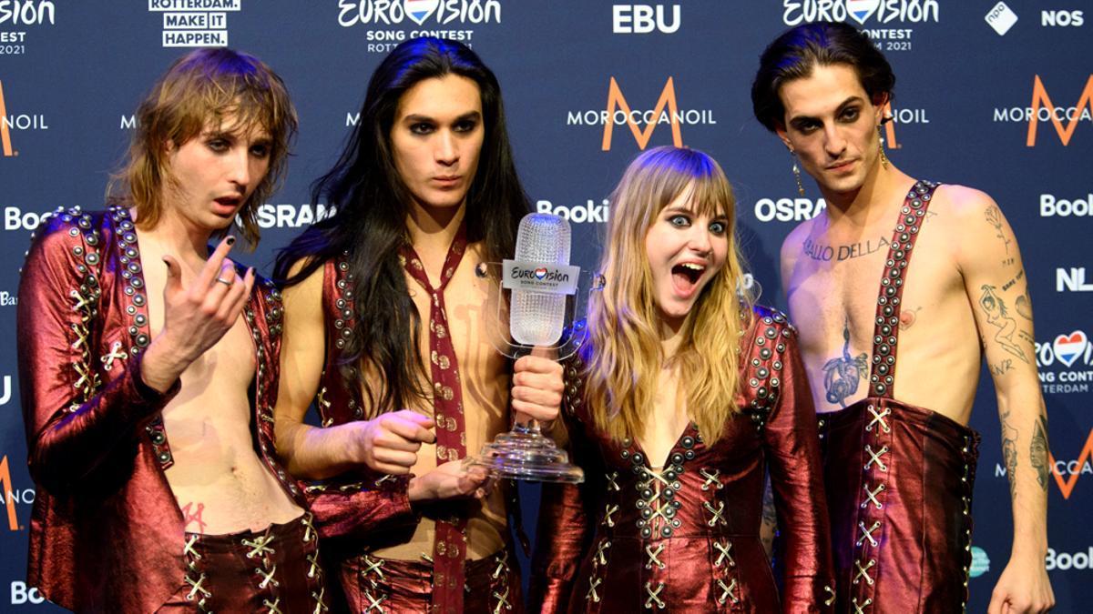 Los integrantes de Maneskin muestran el trofeo de Eurovisión 2021
