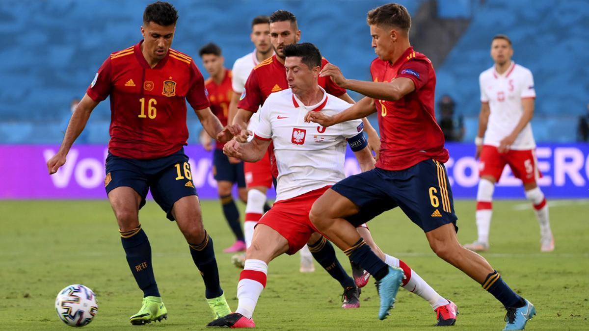 Varios jugadores de España disputan un balón con el polaco Lewandoski