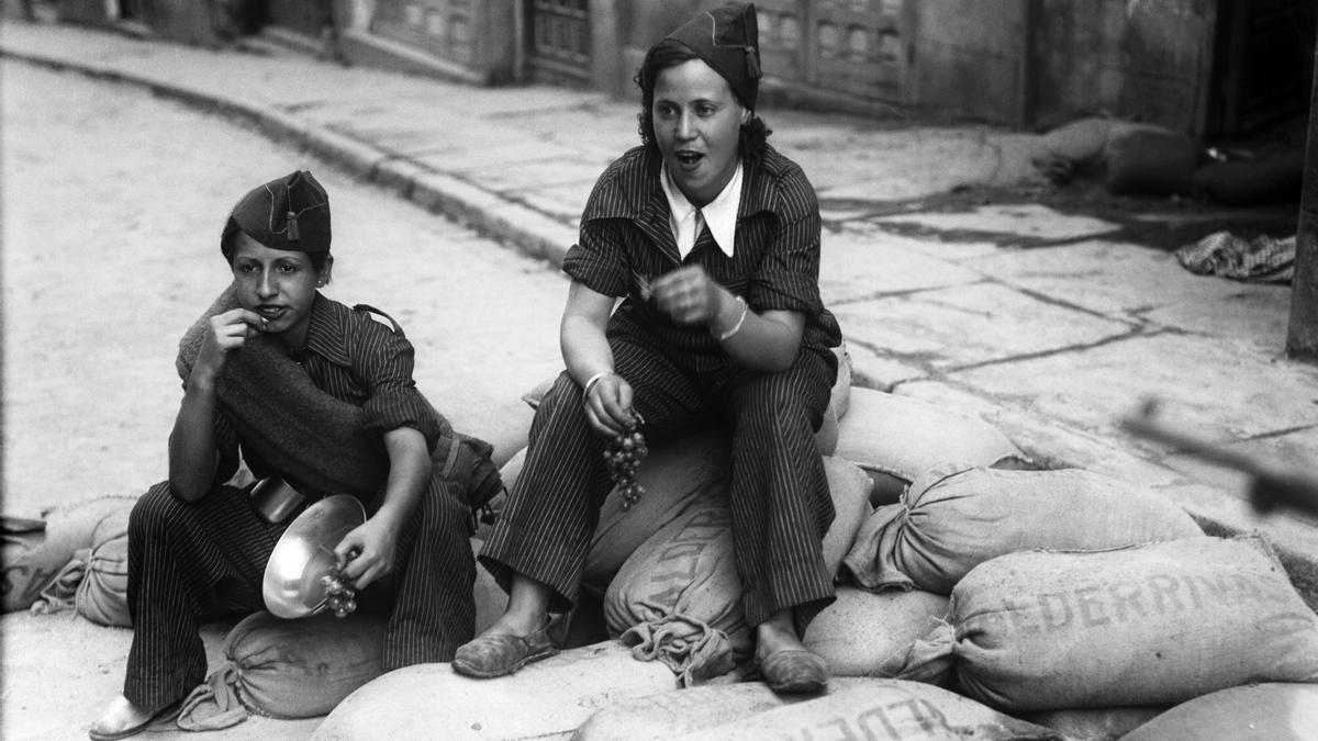Dos milicianas comen uvas en un momento de descanso en una imagen de 1936. EFE/jgb/ Archivo