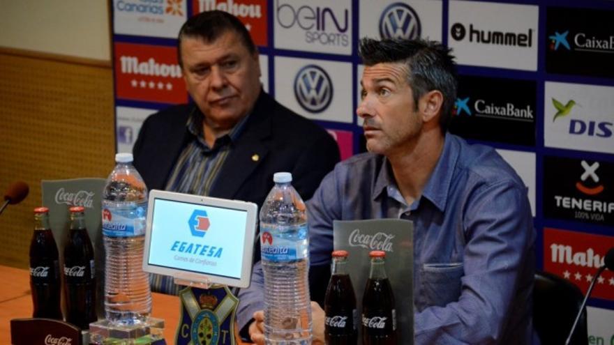 El técnico del CD Tenerife, José Luis Martí, acompañado del secretario del consejo de administración de la entidad, Conrado González.
