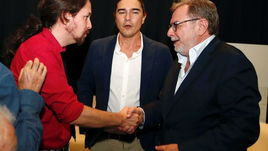 Iglesias saluda a Cebrián junto al autor del libro, Daniel Serrano.