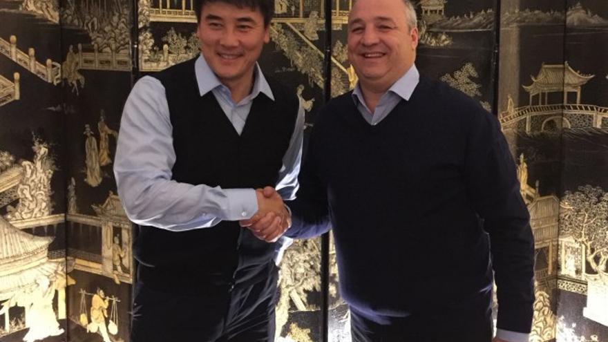 Miguel Ángel Ramírez junto al director general del Beijing Guoan, Li Ming