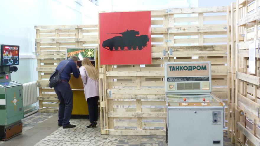 Una pareja juega al Sniper en la exposición de máquinas recreativas soviéticas en VDNKh, Moscú, mayo de 2015. Foto: Àngel Ferrero.