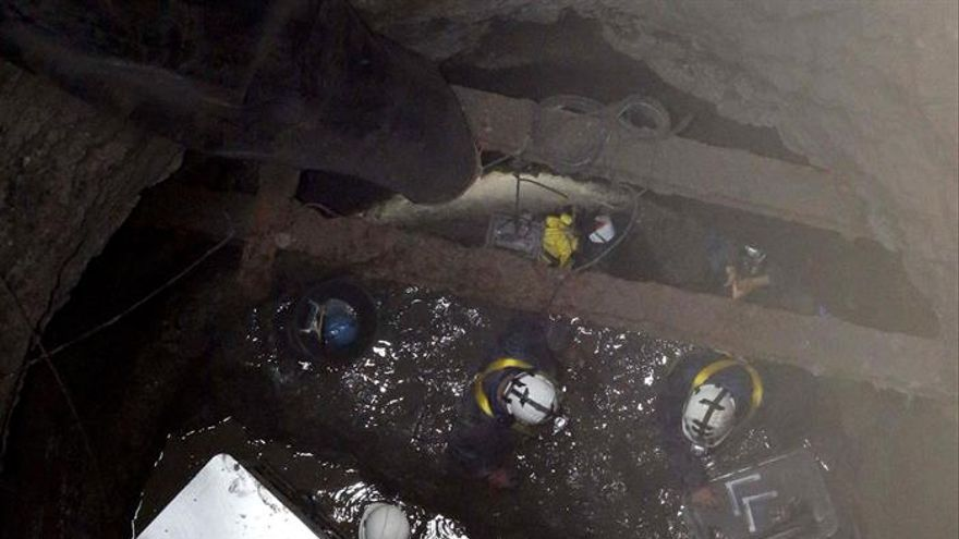 Un grupo de arqueólogos y técnicos a 33 metros de profundidad en el fondo del Pozo de Tenoya.