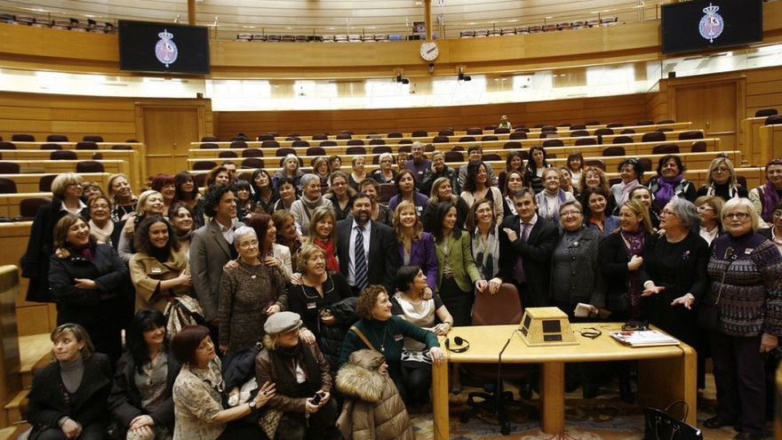 Ministros del PSOE, en el Senado con organizaciones de mujeres tras la aprobación de la ley de 2010
