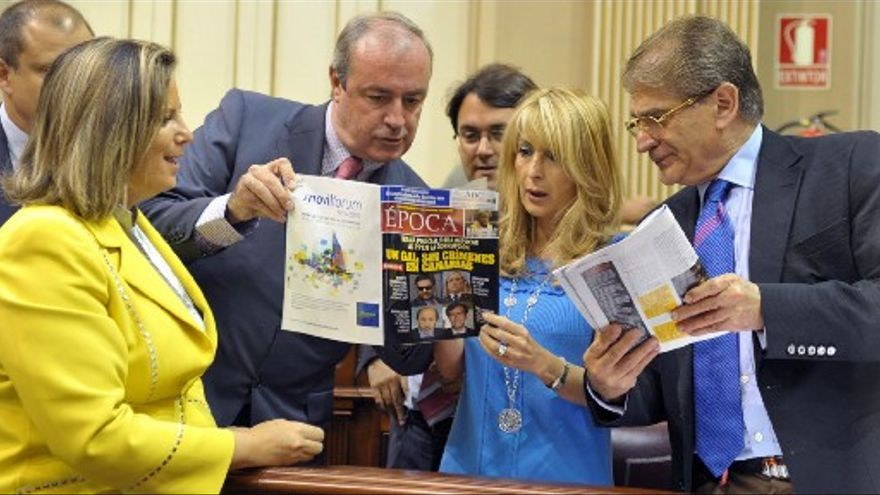 Diputados del PP con el ejemplar de la revista 'Época'