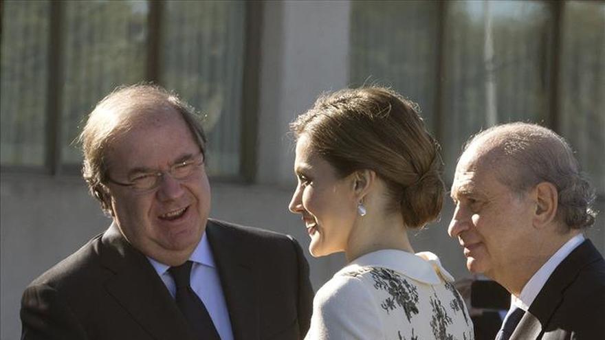 La Reina entrega la bandera a la Policía para reconocer su servicio a España