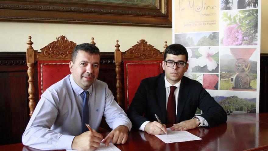 En la imagen, el alcalde de Santa Cruz de La Palma, Juan José Cabrera, y David Hernández Rodríguez, y representante de La Molina Artesanía.