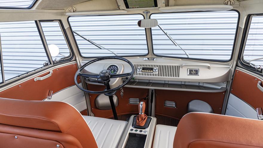Del interior del VW e-Bulli destacar el nuevo velocímetro respeta el aire del original, pero añade un pequeño display digital.