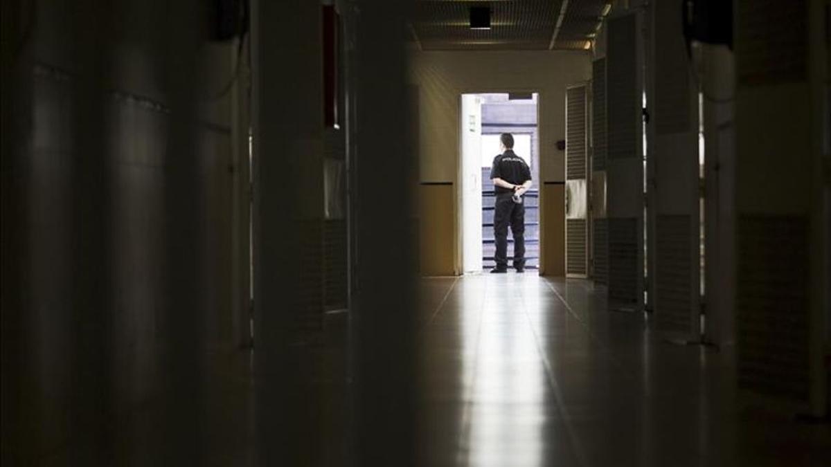 Pasillo de los dormitorios de un Centro de Internamiento de Extranjeros (CIE).