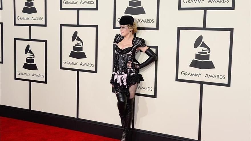 """Una Madonna """"torera"""" sorprende en la alfombra roja de los Grammy"""