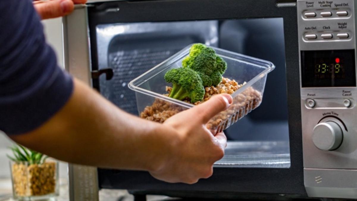Introducir ciertos alimentos al microondas puede eliminar sus nutrientes si no se aplica el calor correctamente.