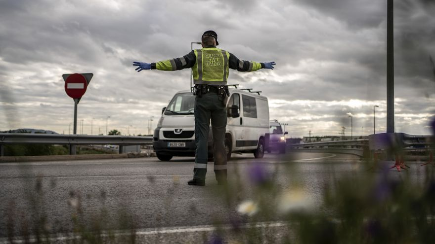 Un guardia civil en un control en el kilómetro 38 de la A2.