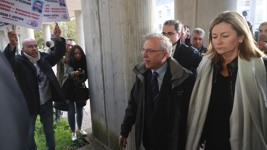 Lanchares abandona el juzgado entre insultos tras hora y media declarando