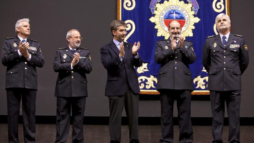 El comisario Sánchez Aparicio aplaude, a la izquierda de Ignacio Cosidó