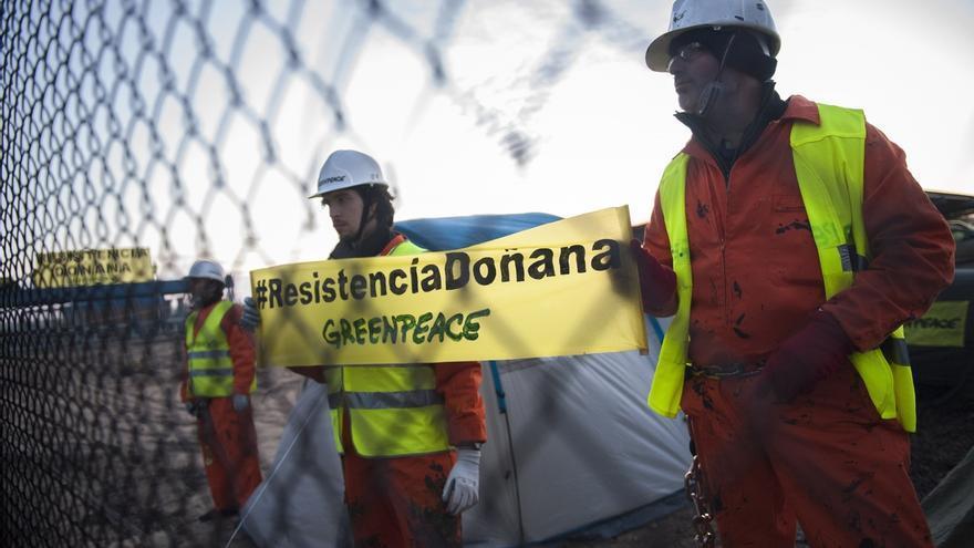 Protesta de activistas de Greenpeace junto al proyecto de gas en Doñana.