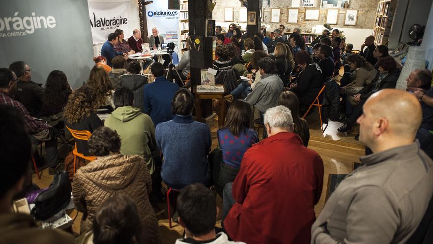 Un centenar de personas asistieron a la primera mesa redonda organizada por eldiario.es Cantabria que tuvo lugar en La Vorágine.