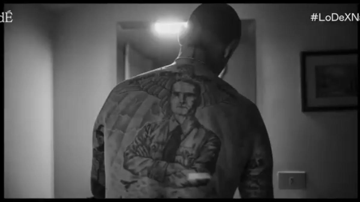 David muestra el testimonio de Rudolf Hess que tiene a la espalda