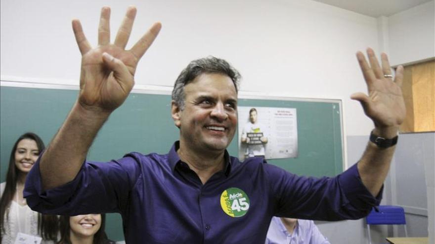 """Aécio Neves promete mantener """"encendida la llama del cambio"""" en Brasil"""
