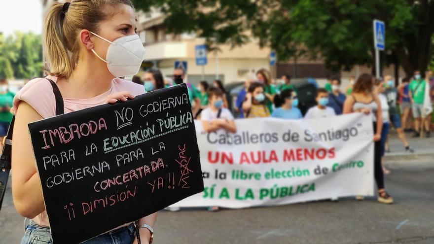 Una concentración de las AMPA de colegios públicos contra el cierre de unidades educativas