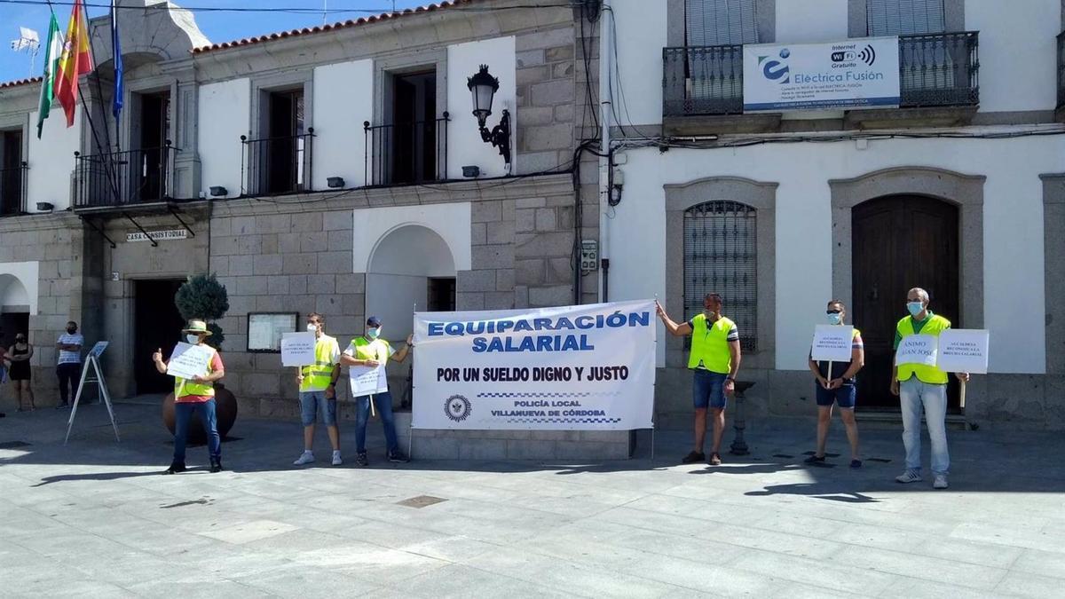 Concentración de la Policía Local de Villanueva de Cordoba ante el Ayuntamiento jarote.