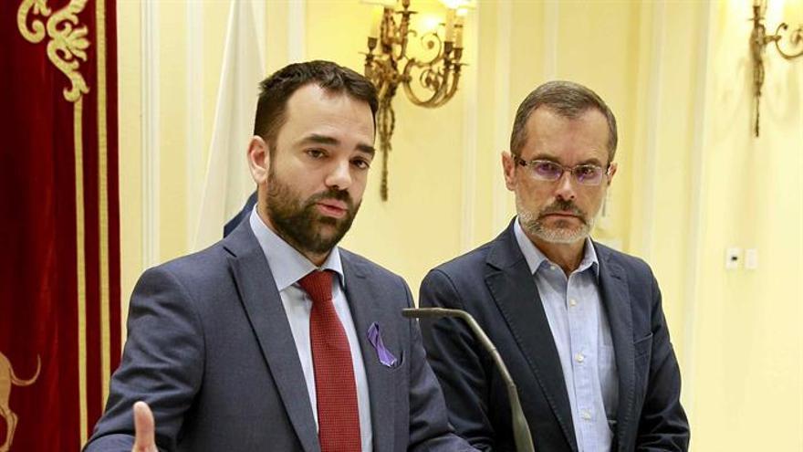 El consejero de Presidencia, Justicia e Igualdad del Gobierno de Canarias, Aarón Afonso (i), y el presidente de la Fecai, Marcial Morales
