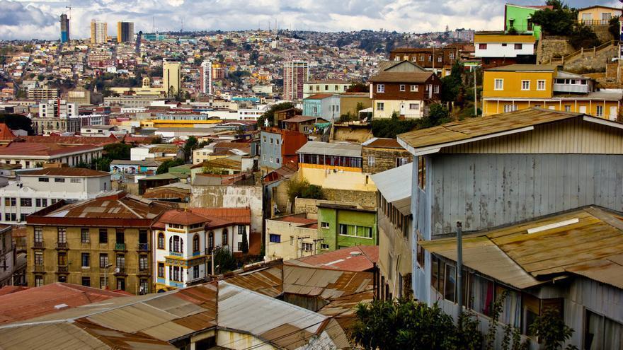 Los tejados de chapa y los colores de los cerros contrastan con las torres de la Valparaíso moderna. VA