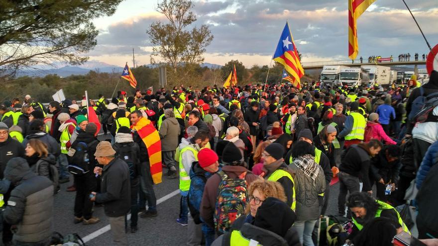 AP7 cortada a la altura de Figueres, cerca de la frontera con Francia