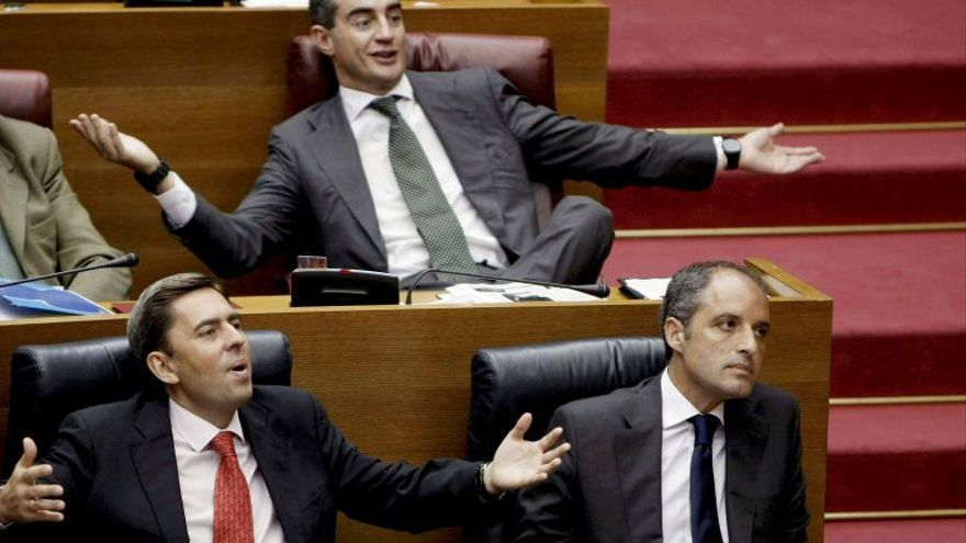 De izquierda a derecha, el exvicepresidente de la Generalitat, Vicente Rambla; el exsecretario general del PP valenciano, Ricardo Costa, y el expresidente de la Generalitat, Francisco Camps, en las Corts Valencianes.