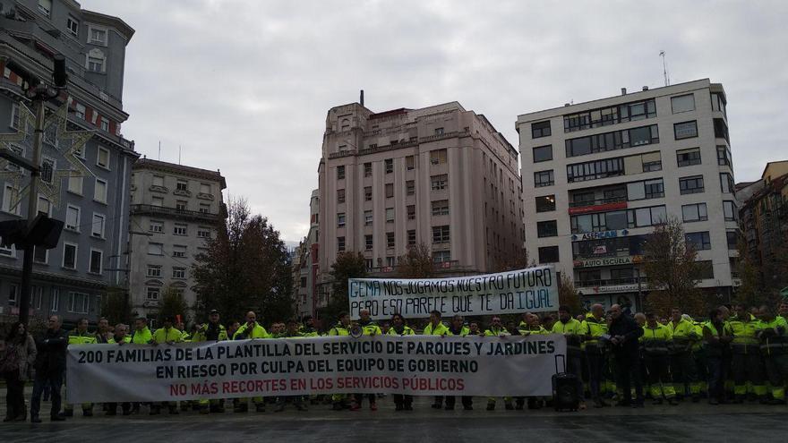 Protesta de los trabajadores de Parques y Jardines frente al Ayuntamiento de Santander. | L.G.