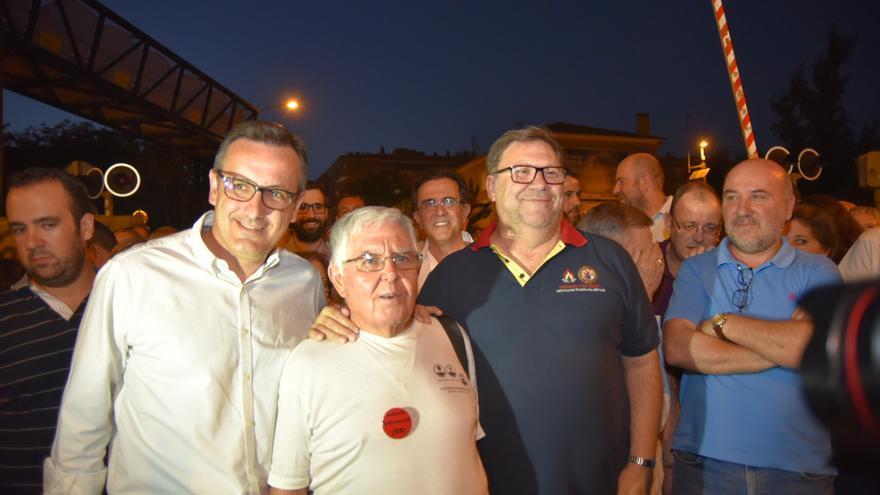 El delegado del Gobierno, Diego Conesa, el portavoz de la Plataforma ProSoterramiento, Joaquín Contreras y el cura Joaquín / CARLOS TRENOR