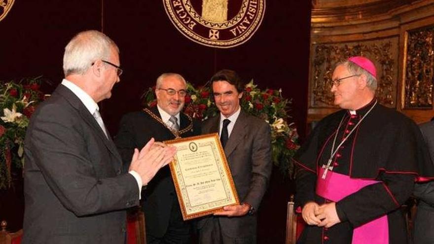 El expresidente de la Comunidad de Murcia, Ramón Luis Valcárcel, el presidente de la UCAM, José Luis Mendoza y el expresidente del gobierno español, José María Aznar/ UCAM
