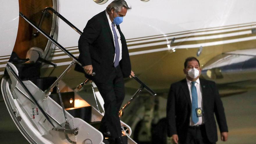 El presidente argentino parte hacia Chile para hacer su primera visita de Estado