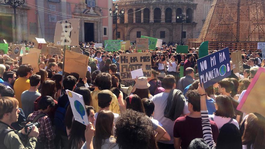 Cientos de jóvenes concentrados en la plaza de la Virgen de Valencia exigen políticas contra el cambio climático