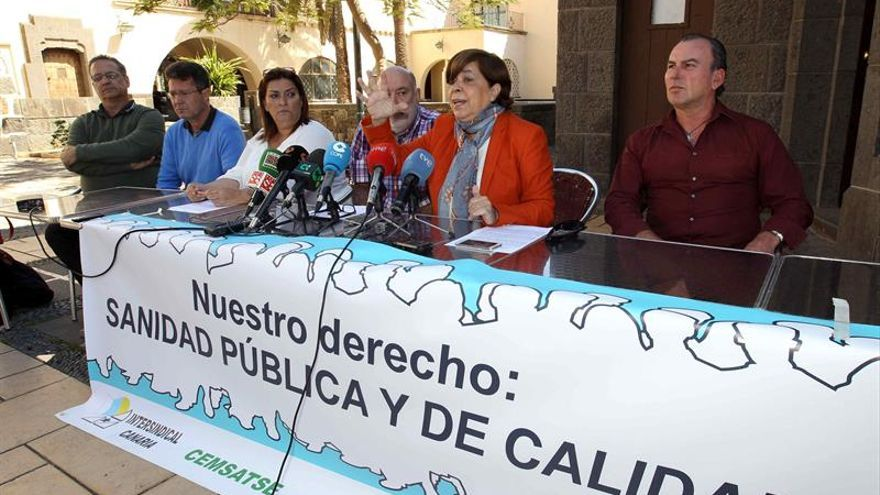 La presidenta del Sindicato de Médicos de Las Palmas, Carmen Nuez (2d), durante la rueda de prensa que ofreció hoy junto a representantes del Sindicato de Enfermería, UGT, CCOO, Intersindical Canaria y Sepca en la que anunciaron la convocatoria de movilizaciones en la sanidad pública canaria. EFE/Elvira Urquijo A.