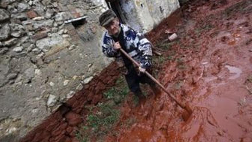 Un vecino trabaja para frenar el vertido en Hungría. (EUROPA PRESS)