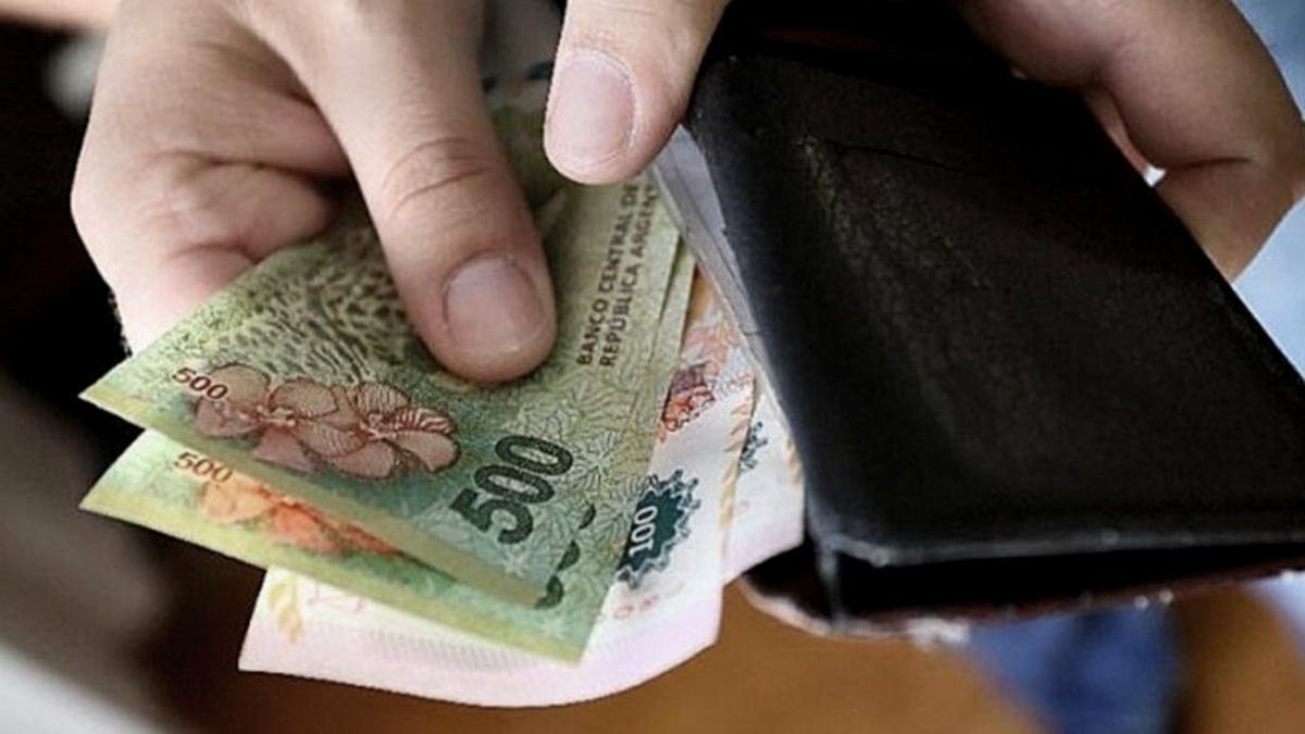 Los salarios, lejos del costo de la canasta básica según Indec