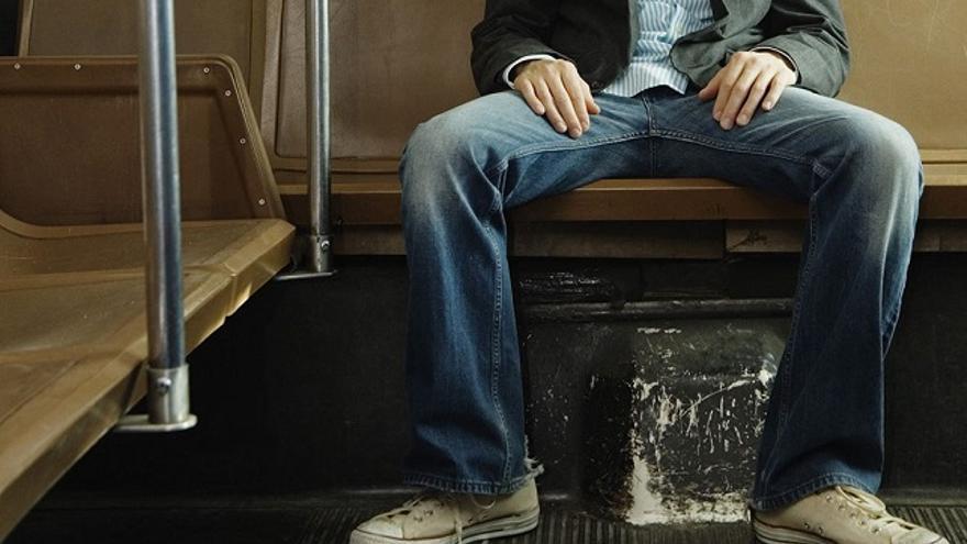 Apertura de piernas en el transporte público. (DP).