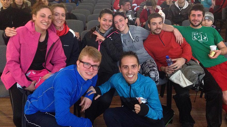 La voluntaria Noelia Rodríguez (en el centro, con chaqueta negra), junto a varios compañeros.